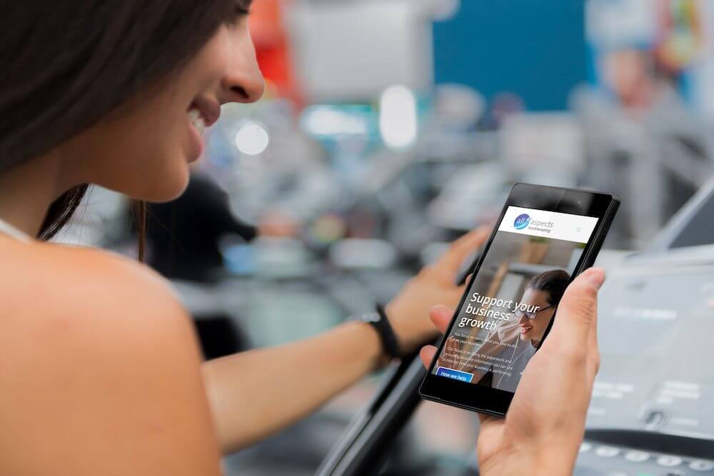 mockup-of-a-beautiful-woman-on-treadmill-using-an-android-smartphone